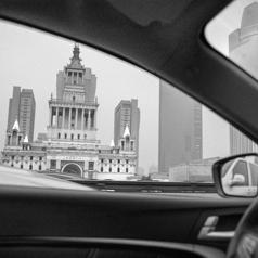 【看着左边】作品:车窗里的中国
